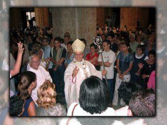 Cardenal Ortega bendice a los fieles