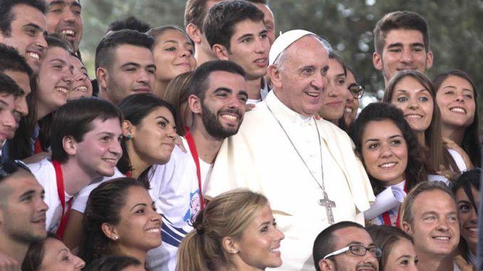 Papa Francisco junto a los jóvenes