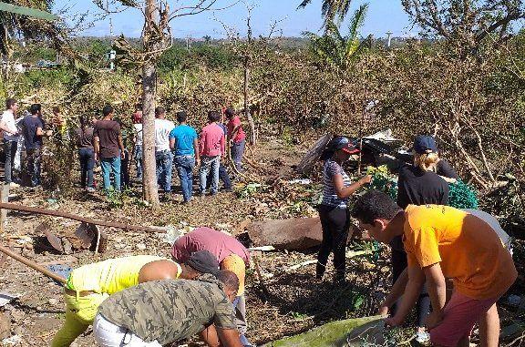 El grupo de jóvenes de la parroquia La Asunción en Guanabacoa, junto a las Hermanas de la Compañía del Corazón de Jesús, ayudan en la recuperación en zonas afectadas tras el paso del tornado.
