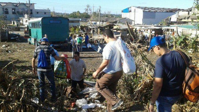 Seminaristas ayudan a los damnificados por el tornado