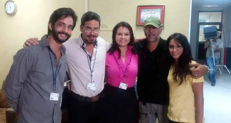 El director de la serie, Rudy Mora, segundo de derecha a izquierda en la imagen, acompañado de algunos actores.