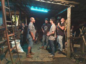 Raúl, de frente (al centro), durante el rodaje de Alberto.