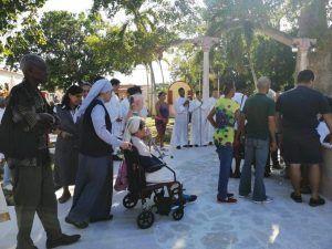 Los fieles participaron en el acto de bendición de la Fuente en el Jardín del Santuario