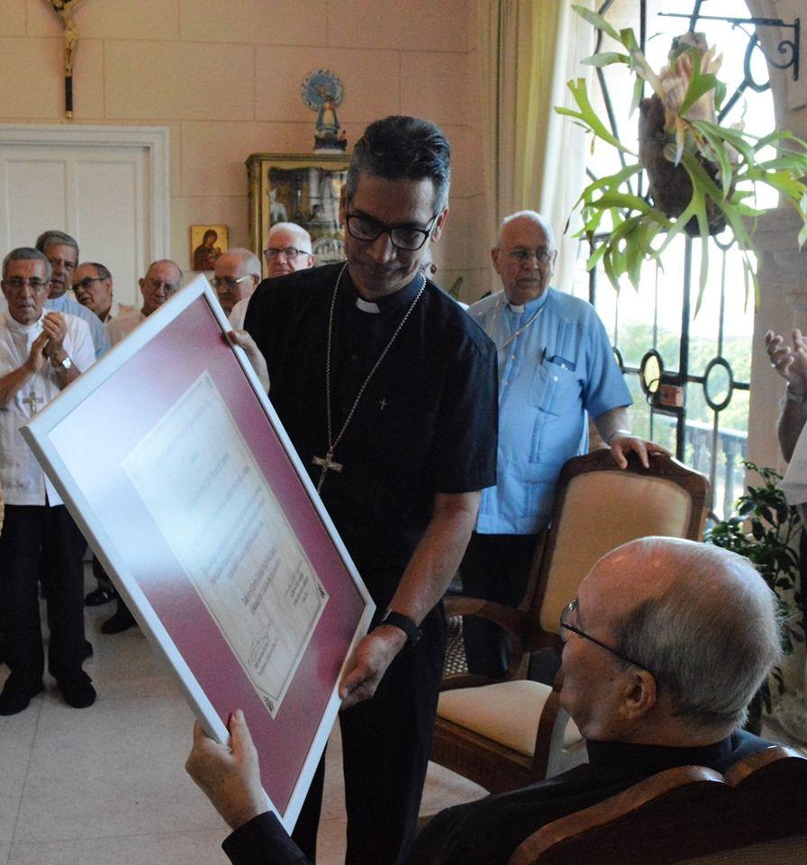 Mons. Juan Gabriel Díaz, Obispo de Ciego de Ávila, entrega al Cardenal Jaime Ortega de la Distinción Mons. Carlos Manuel de Céspedes