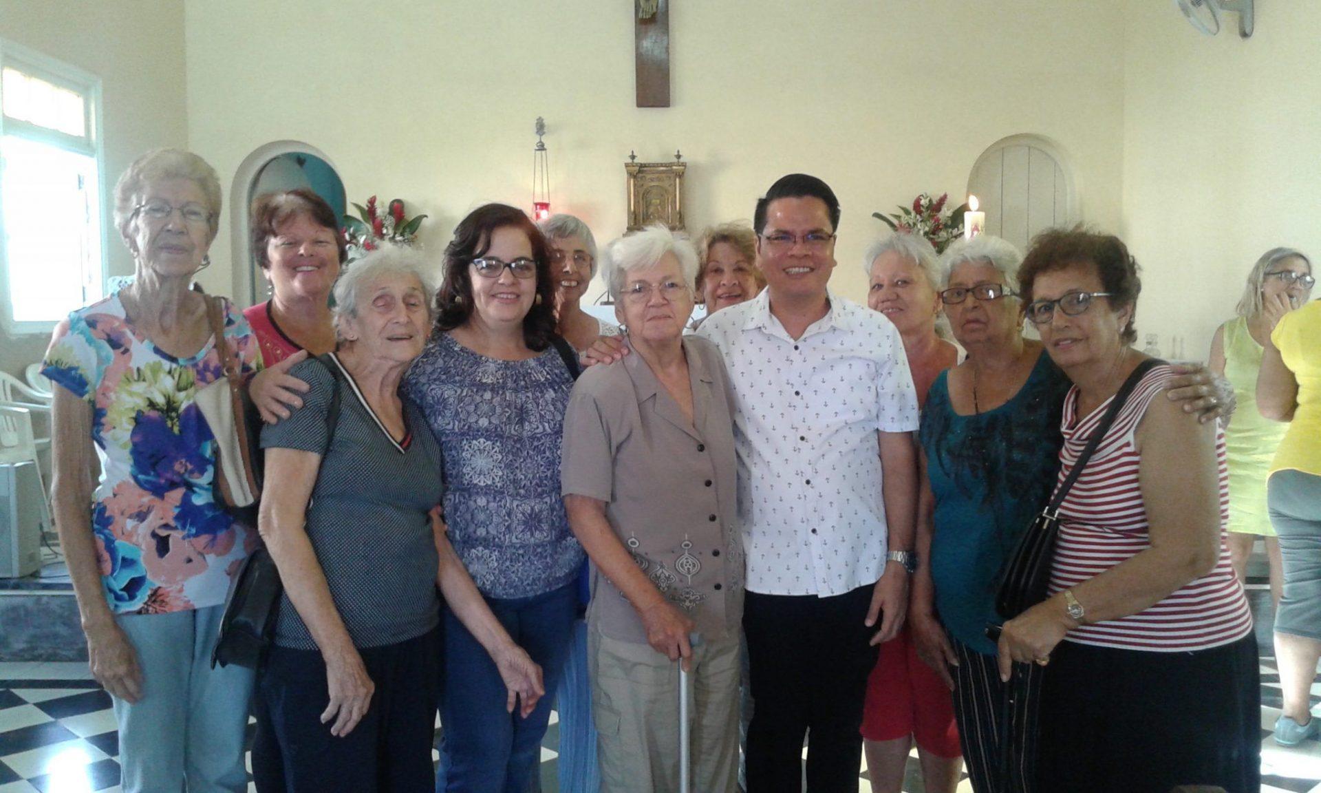 Miembros dela comunidad María Auxiliadora junto al padre Fernando, misionero del Verbo Divino.
