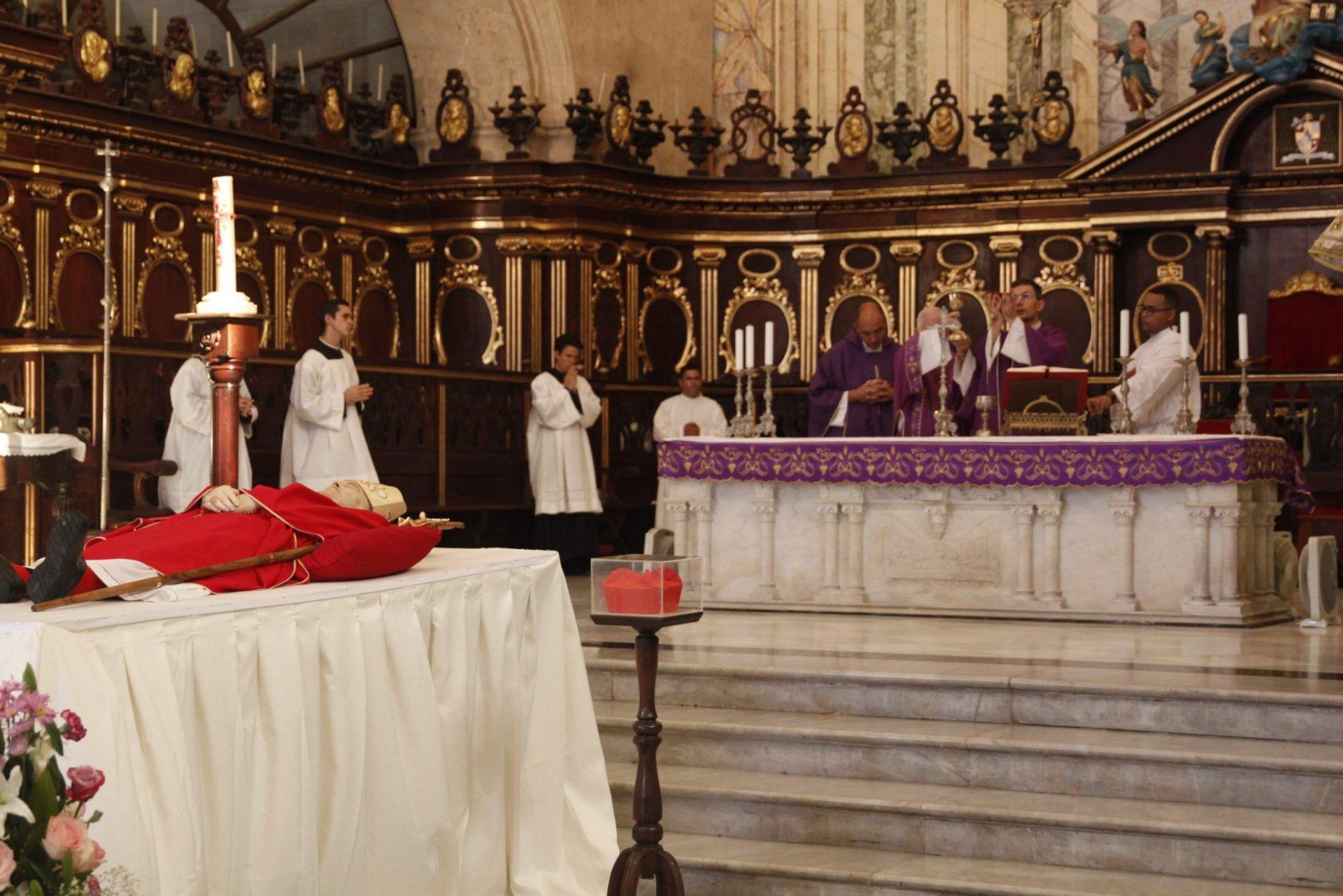 Representante del Vaticano en Cuba preside misa ante el cuerpo del cardenal