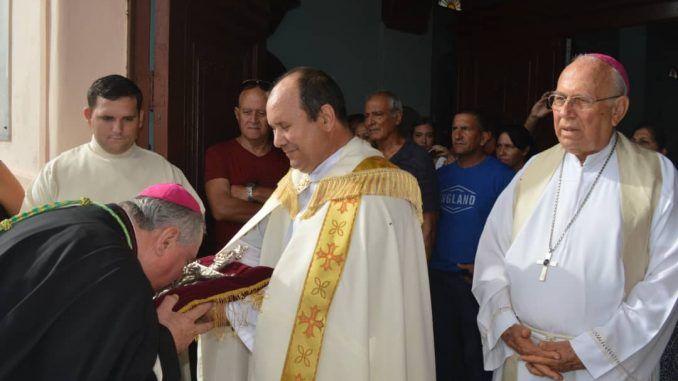 El nuevo obispo besó en señal de filiación al misterio salvífico de Dios.