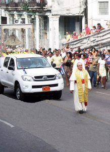 Cardenal Ortega camina por la Calzada del Diez de Octubre