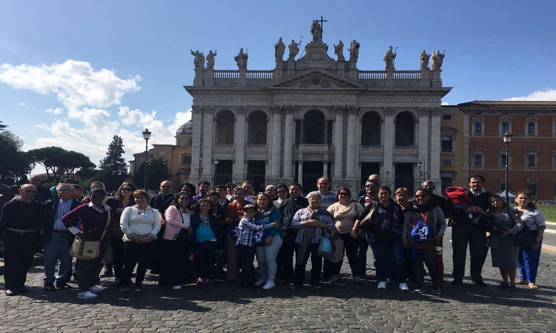 Peregrinos que acompañan al nuevo Cardenal cubano