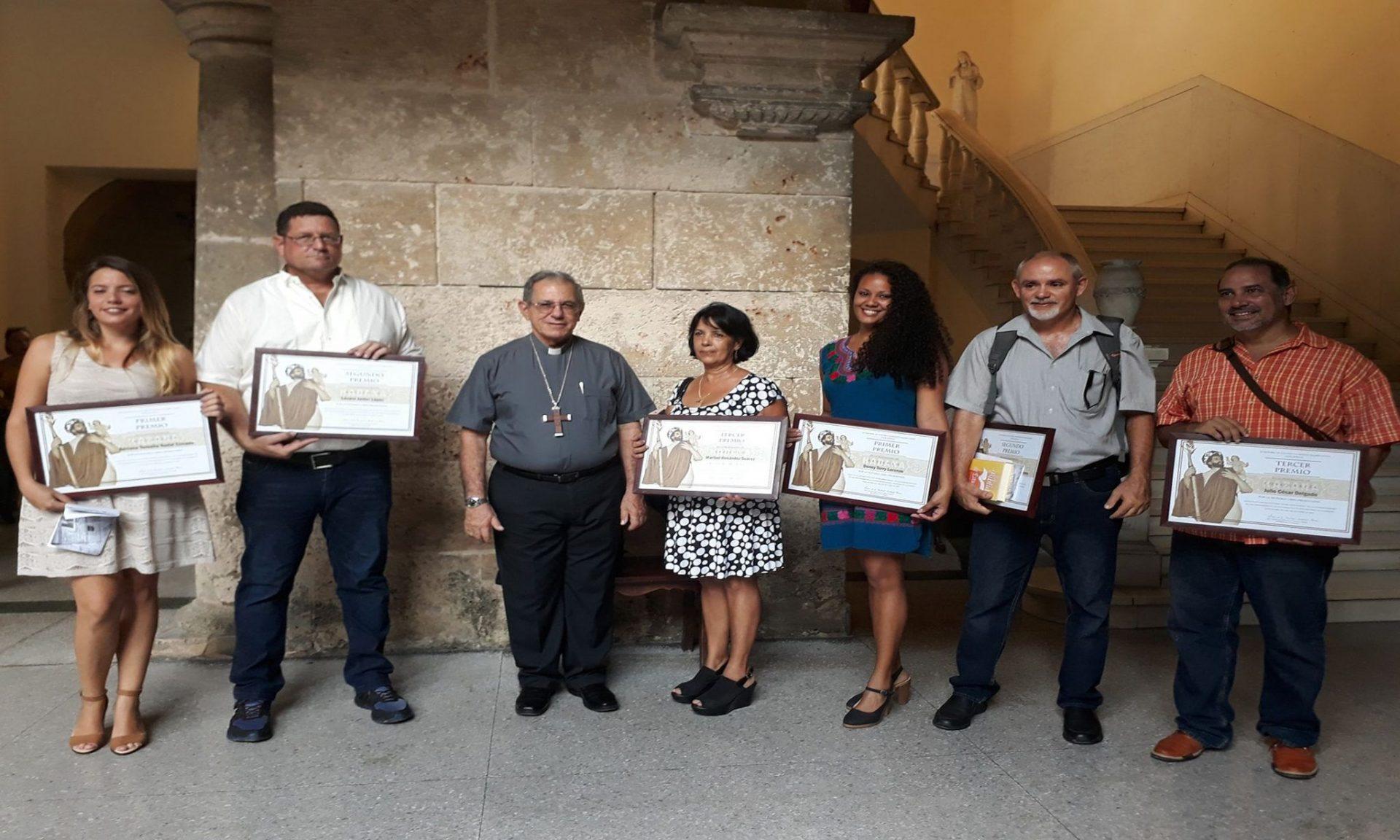 Ganadores del Concurso de Periodismo Palabra Nueva junto a S.E.R. cardenal Juan de la Caridad García Rodríguez, arzobispo de La Habana.