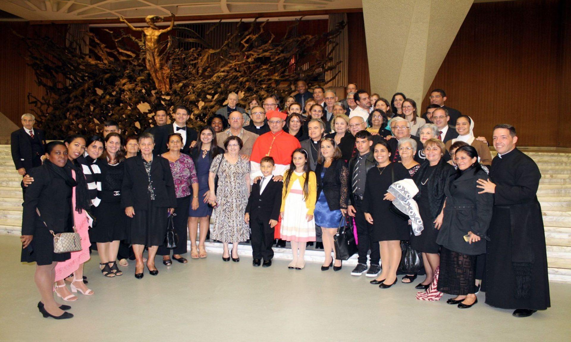 Delegación cubana junto al nuevo cardenal cubano en el aula Pablo VI