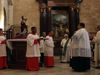Imagen peregrina de san Lázaro en la S.M.I Catedral de La Habana