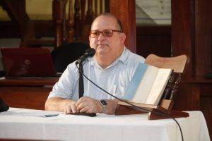 El profesor Roberto Méndez Martínez