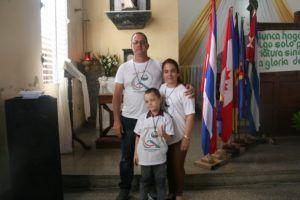Toda una familia misionera: Dailenis Marrero junto a su esposo e hijo.