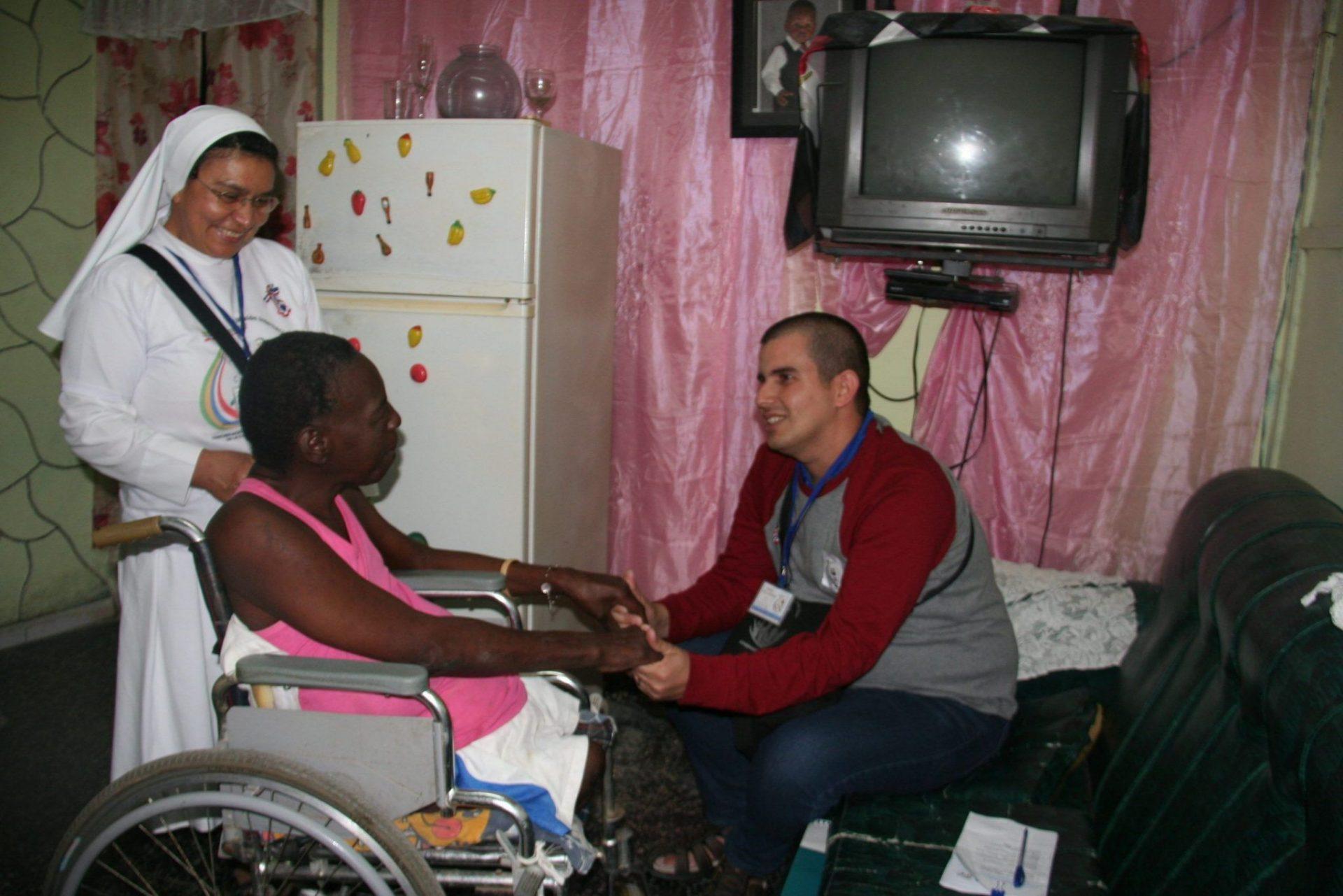 En la foto, la hermana Onoria y el joven Kadill Gil en visita a una mujer impedida de Jaimanitas.
