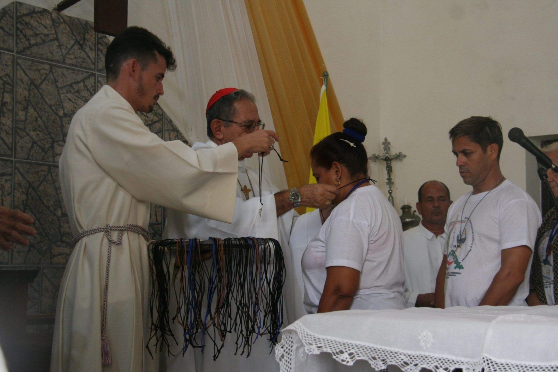 Momento en que el cardenal arzobispo de La Habana entregó a los participantes el primer signo de la misión, la cruz de la beata María Petković.