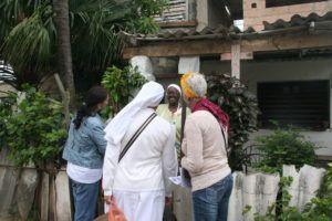 Vecinos de Jaimanitas reciben en sus hogares a los misioneros.