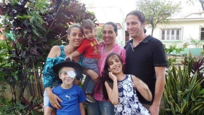 Shirley Núñez Guilleuma rodeada de sus tres hijos, su nietecito y su esposo.