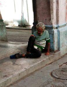 A la mala higiene de la ciudad, se le suma el número cada vez mayor de personas sin hogar.