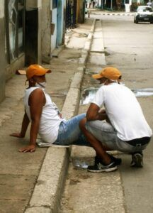 Amena conversación en plena calle.