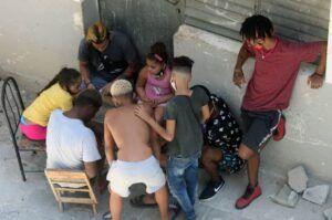 Tras decretarse la primera fase en La Habana, los niños se reúnen en grupos numerosos, en los que no se respetan las medidas orientadas.