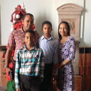 Tania junto a su esposo e hijos.