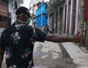 En el interior de los barrios nada ha cambiado, una enorme masa de individuos continúa pujando por romper las medidas y sacar provecho de las necesidades de la población.