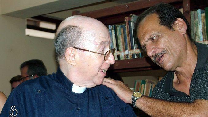 Conversando con Monseñor Carlos Manuel de Céspedes en el Taller Orígenes en Bauta.
